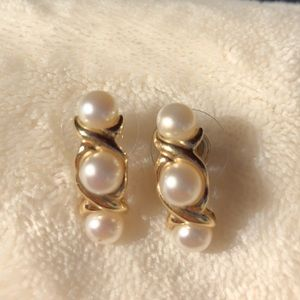 Jewelry - Gold and pearl earrings